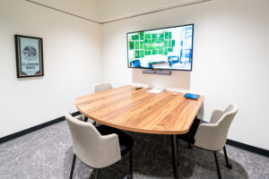 Cowork: Three-Chair TV Tabled Office